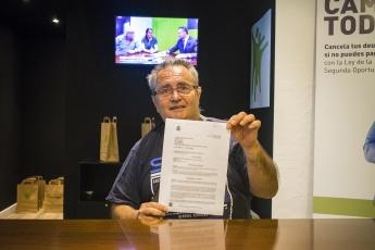 Josep Mir cliente de Repara tu deuda en el momento de la entrega de la cancelación de todas sus deudas