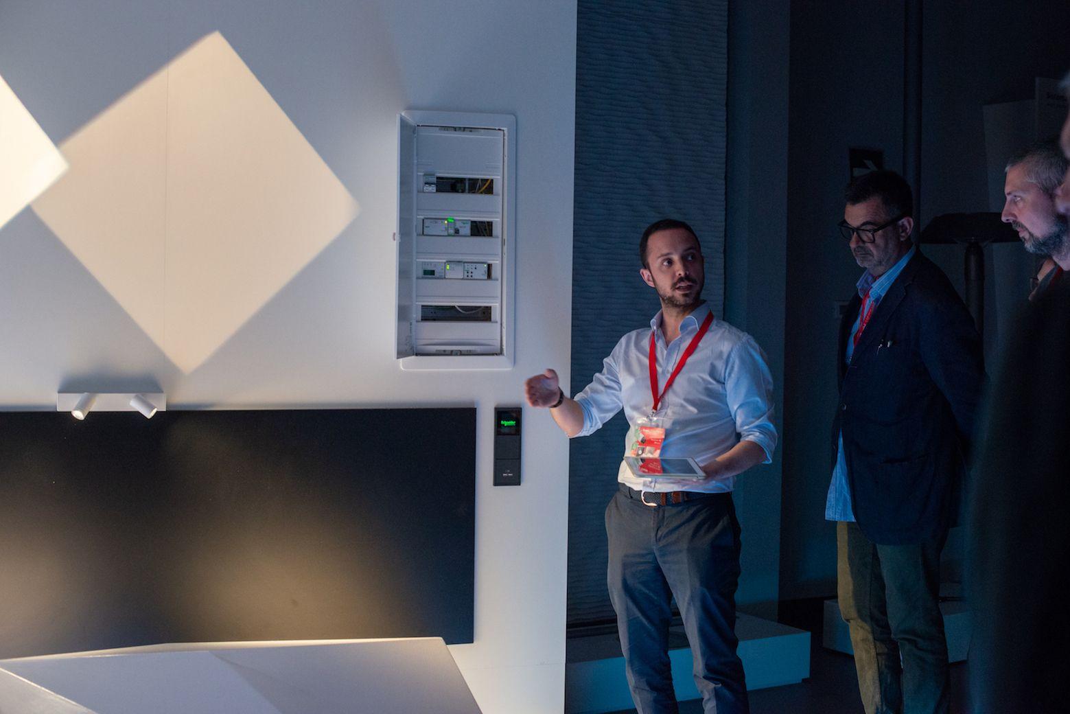 Schneider electric e iguzzini presentan al sector sus - Arquitectos interioristas ...