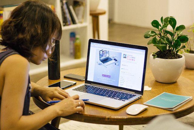 Foto de Persona trabajando en un espacio compartido