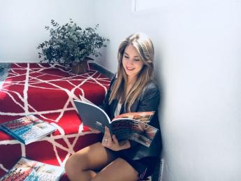 Mercedes Rodríguez, responsable de comunicación de Alfombras Hispania, con la nueva guía de alfombras de 2018