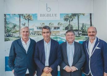 Foto de Fundadores de BigBlue Capital Holding junto al alcalde y