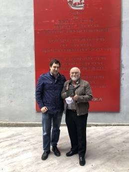 Ángel Garaya, presidente del Colegio Oficial de Farmacéuticos de Gipuzkoa, posa con el premio.