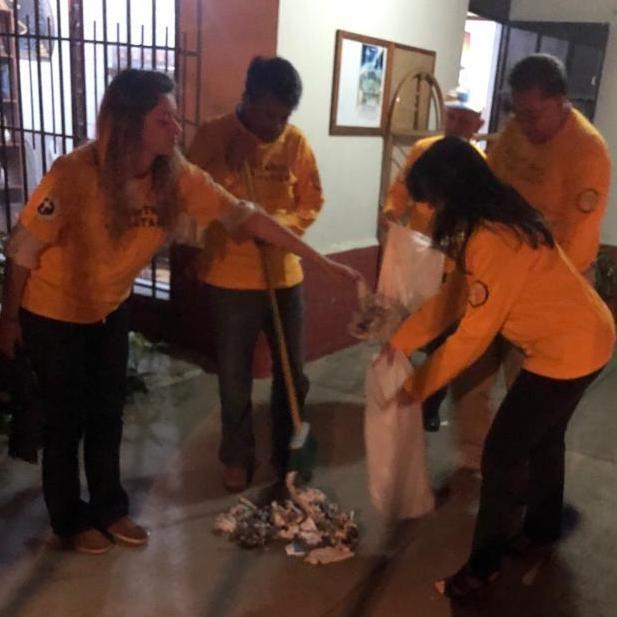 Fotografia Voluntarios de Scientology ayudan en labores de limpieza