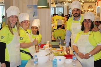 25 personas con discapacidad intelectual se convierten en chefs por un día con 50 voluntarios de EY