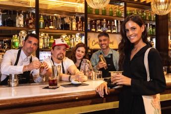 Foto de Bego Martín con bartenders
