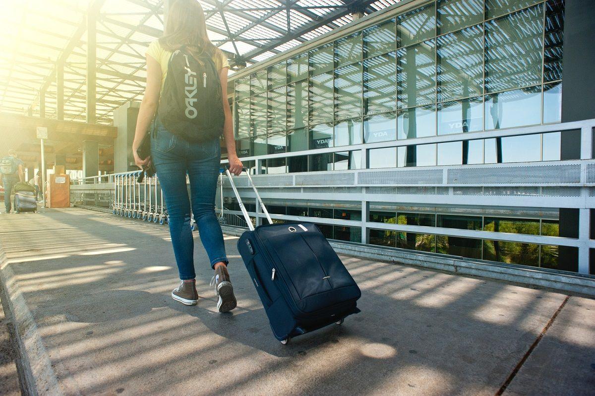 Fotografia Chica llegando a la estación de tren