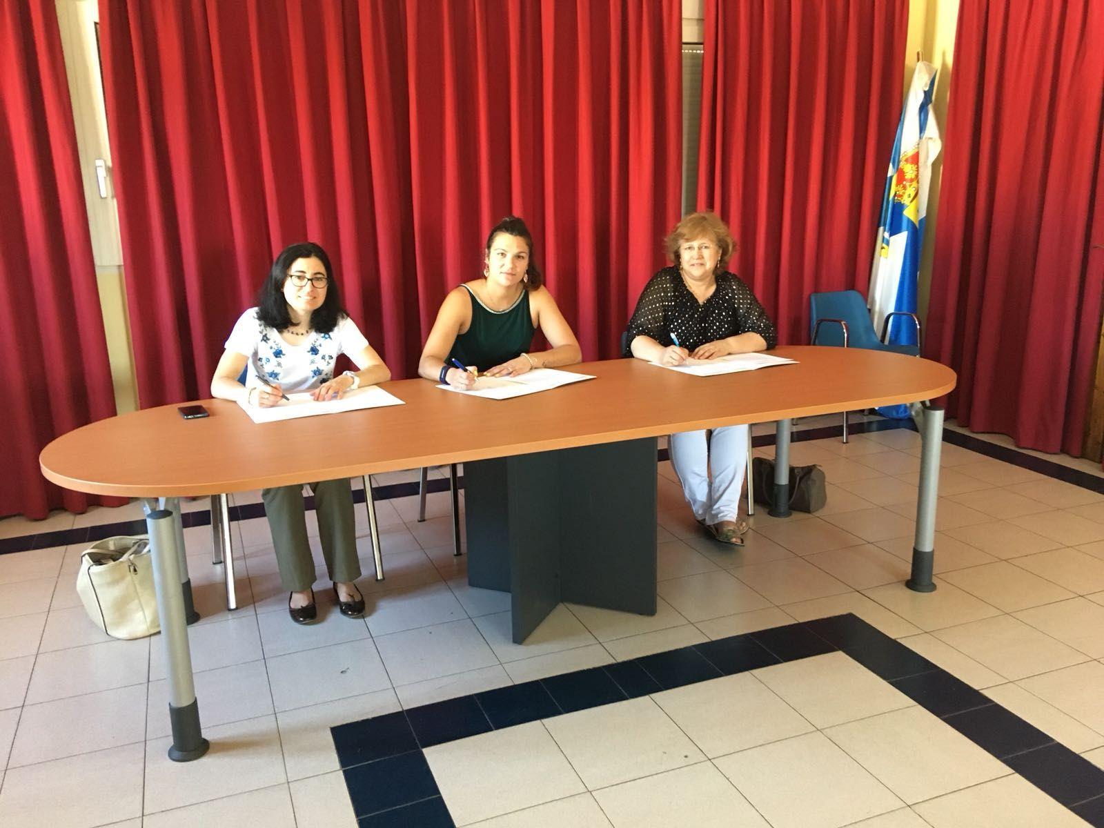Foto de Alcaldesas firmando convenio