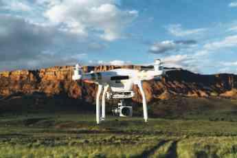 Dron volando sobre un terreno rural