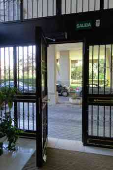 Foto de puerta automática portal comunidad de propietarios