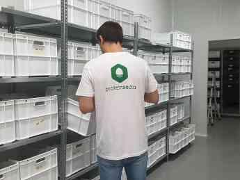 Foto de Consultor de Proteinsecta trabjando en una granja de grillos