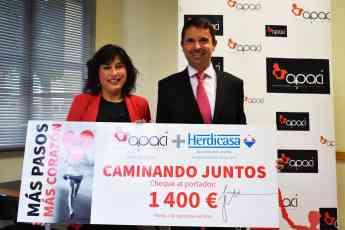 Juana Jara, presidenta de Apaci, recogiendo el cheque de Herdicasa