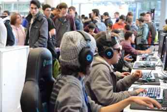 Asistentes al festival prueban diferentes juegos