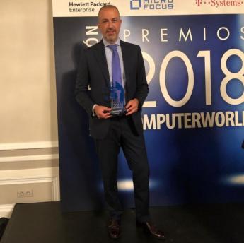Oscar Santos, CEO del Grupo ASPY, con el Premio ComputerWorld a la Innovación en Servicios 2018