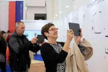 Foto de Visitantes de la exposición haciendo uso de las experiencias