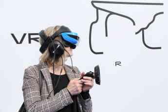 Foto de Visitante de la exposición haciendo uso de las experiencias