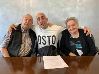 Foto de David Guerrero con sus padres en el momento de entrega del