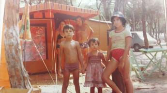 Vicenç Fernández, primero por la izquierda, acompañado de su hermana Susana y de Margarita, prima de su madre, durante el verano
