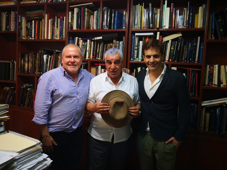 Foto de Gustavo Egusquiza y Hernando Reyes con Zahi Hawass