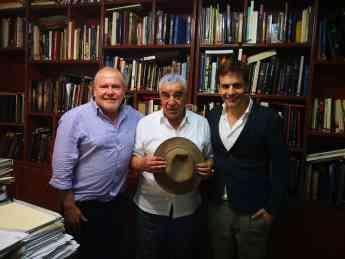Gustavo Egusquiza y Hernando Reyes con Zahi Hawass