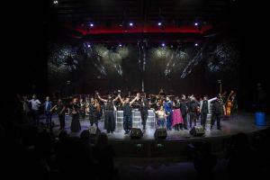 Todos los artistas se despiden del público a la finalización del concierto