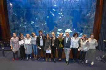 Imagen de familia de los enfermeros premiados, el comité científico y la presidenta del COEGI, Pilar Lecuona.