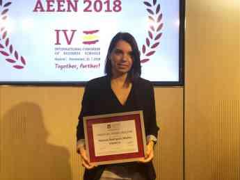 Patricia Rodríguez, profesora de Esneca Business School, recogiendo el galardón durante el Congreso AEEN 2018