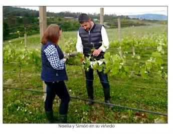 Foto de Noelia y Simón en su viñedo
