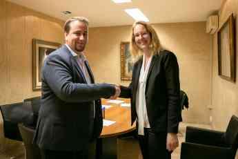 ESP: Miriam Lindhorst y Pablo Calleja, Director General de SunnyTrail Consulting, después de firmar el contrato