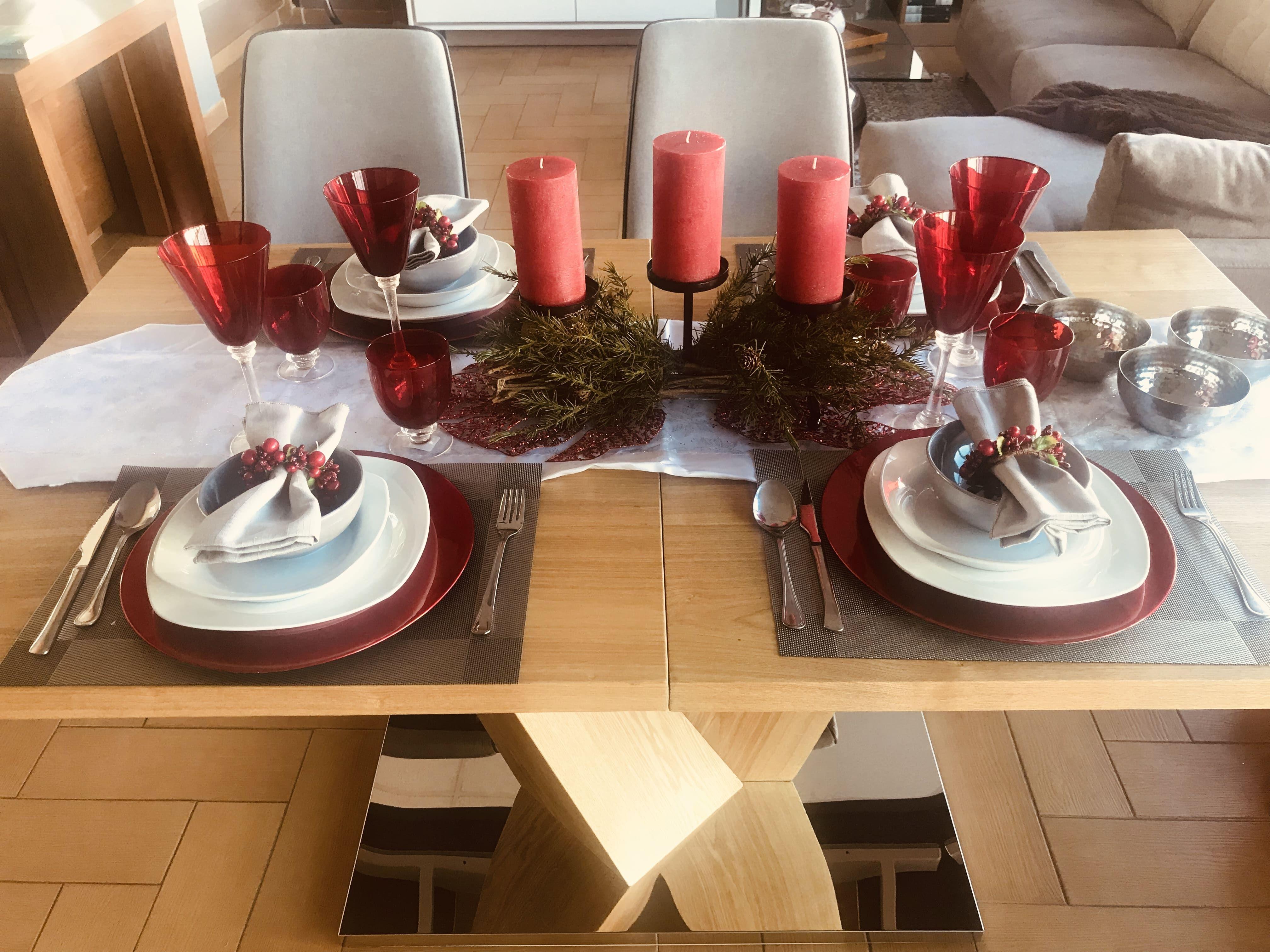 Menamobel propone una mesa en tonos rojo y plata para Navidad