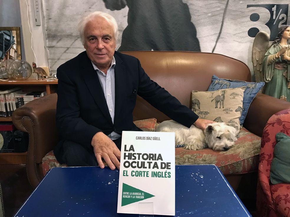 Foto de El autor, Carlos Díaz Güel, posa con su libro, presentado