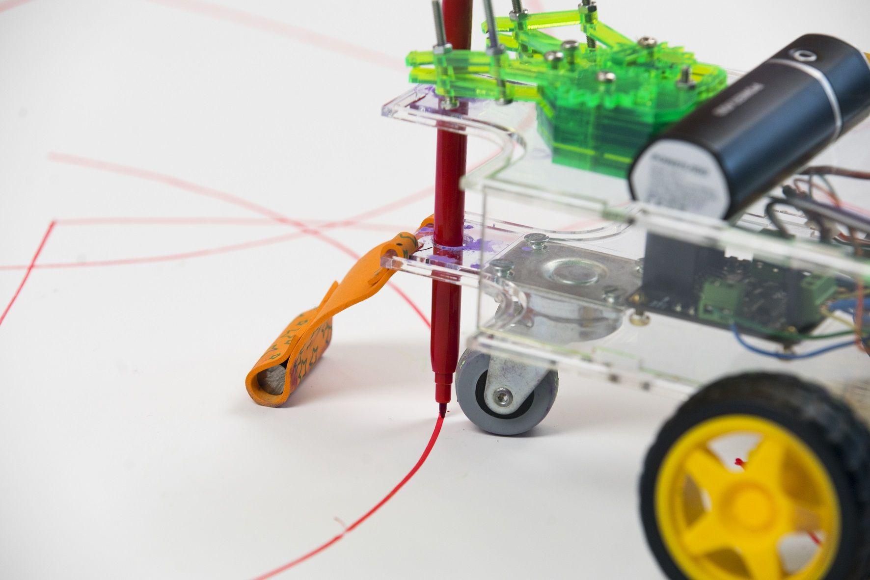 Foto de Robo Art Fighters, una actividad donde los robots pintan un