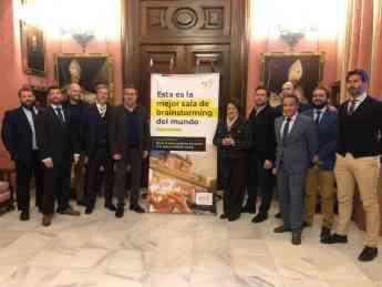 La Junta Directiva de la AEPS el pasado 21 de enero, en el Ayuntamiento de Sevilla con el alcalde, Juan Espadas y la delegada de