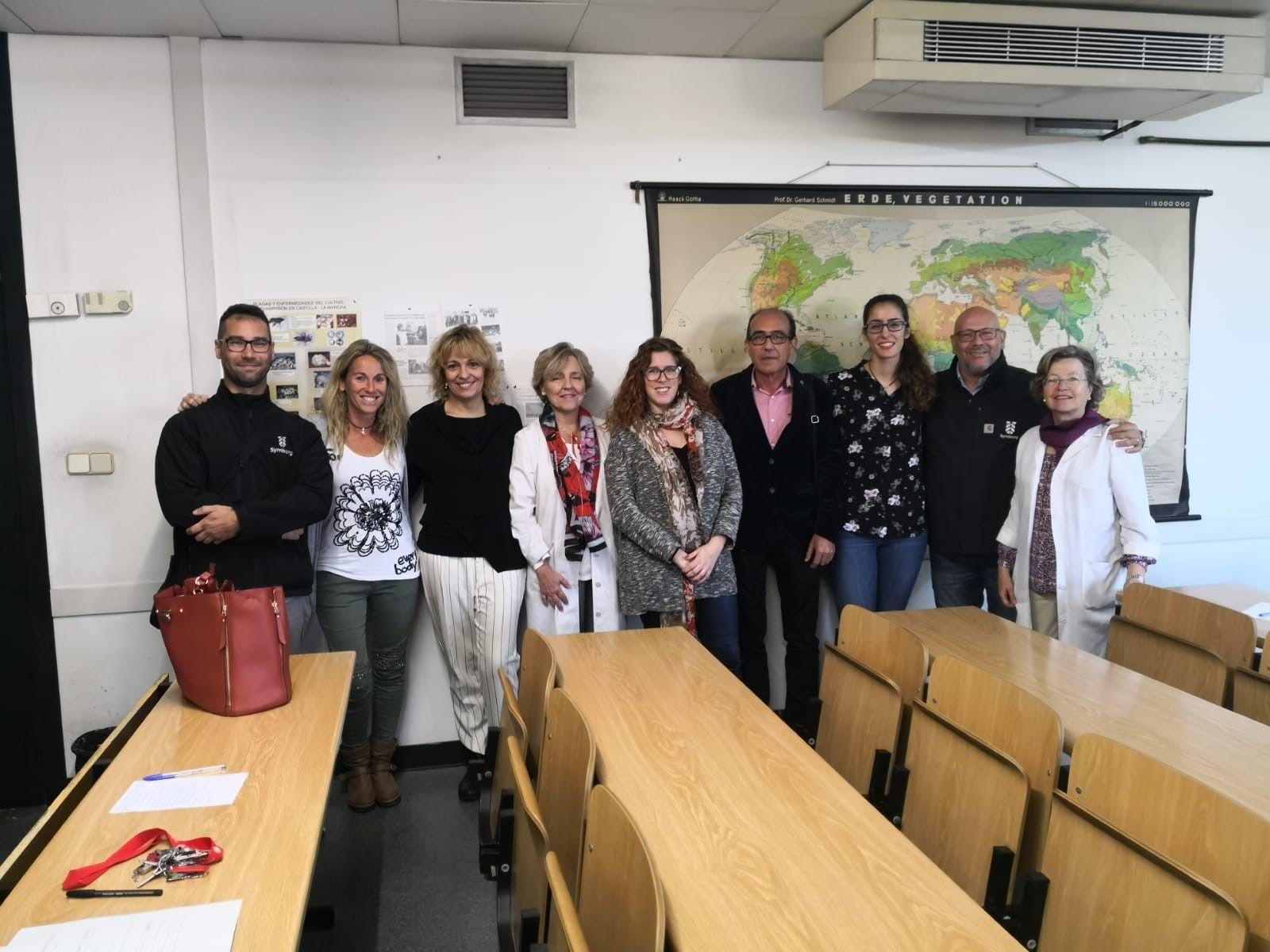 Foto de Symborg junto al equipo de investigación de la joven doctora