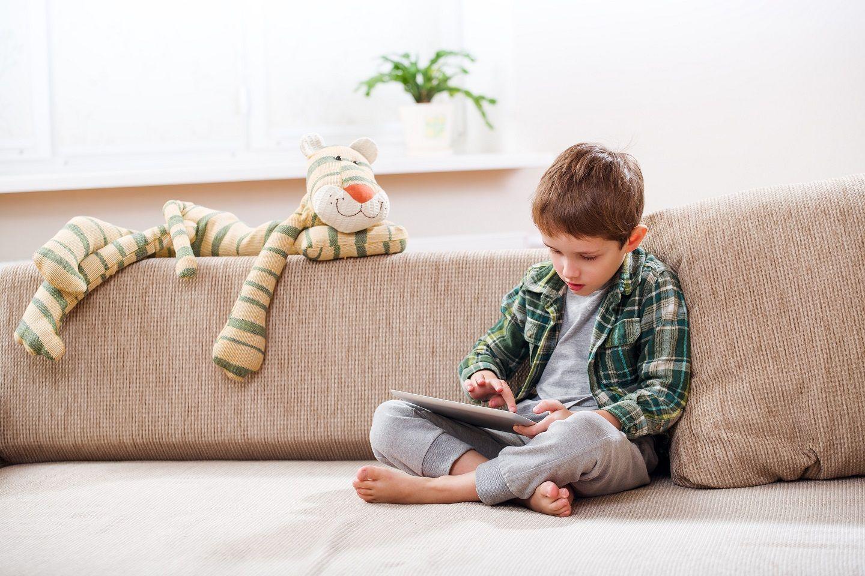 Foto de Niño usando la tablet sin supervisión de los padres