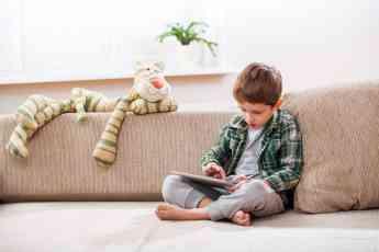 Niño usando la tablet sin supervisión de los padres