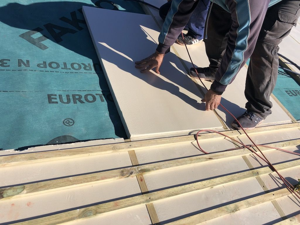 Foto de poliestireno extruido en un tejado de pizarra