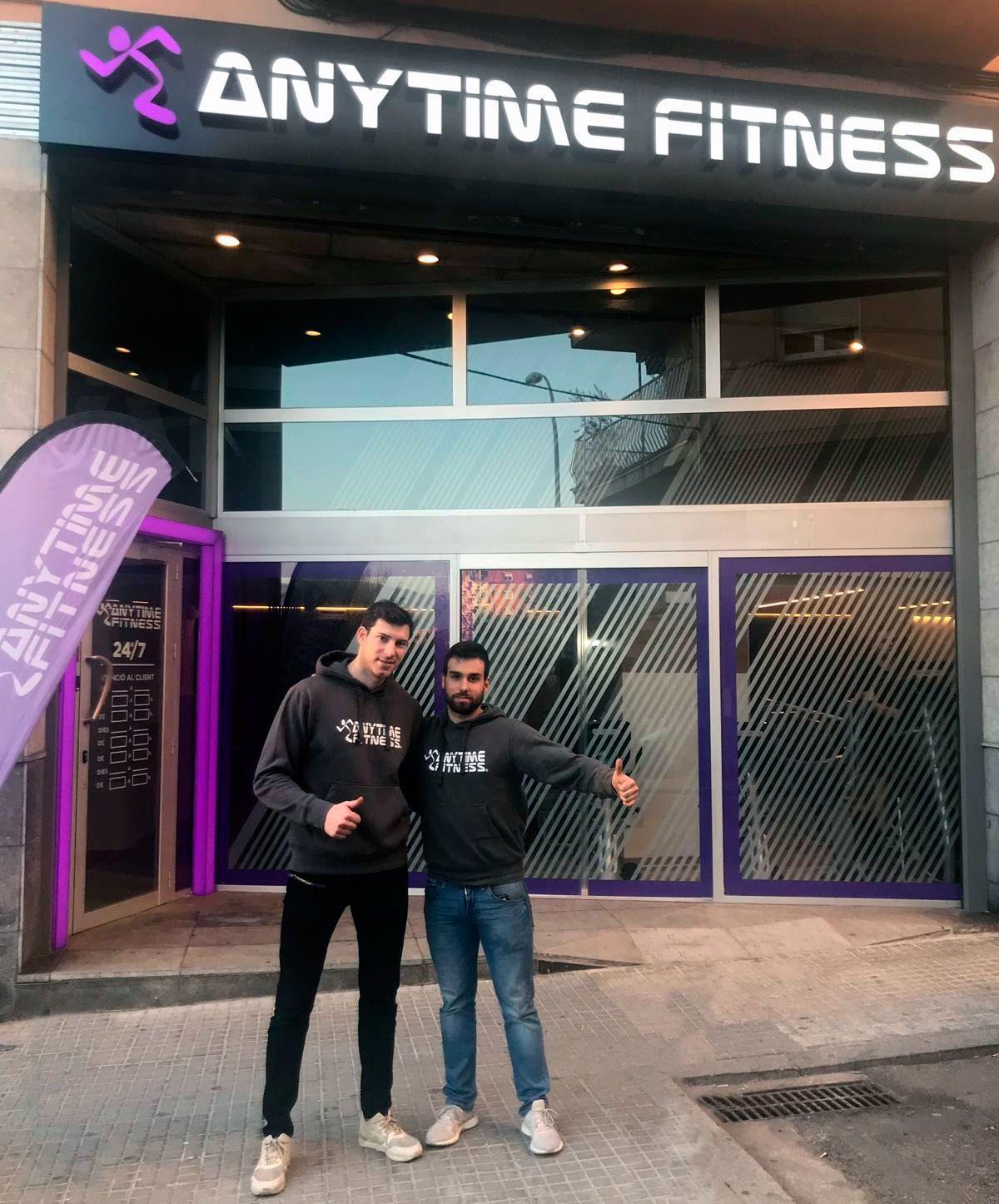 Foto de Samuel Hernández y Jorge Urieta en las puertas de su club AF