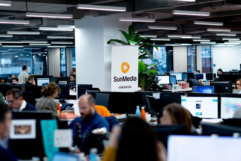 Fotografia El equipo de SunMedia trabajando en sus oficinas