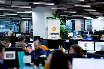 El equipo de SunMedia trabajando en sus oficinas