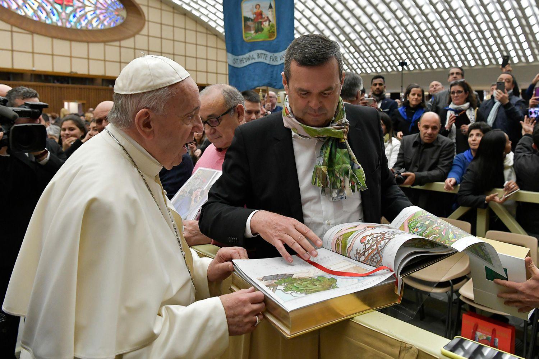 Foto de El Papa Francisco recibe el primer ejemplar de la Biblia de