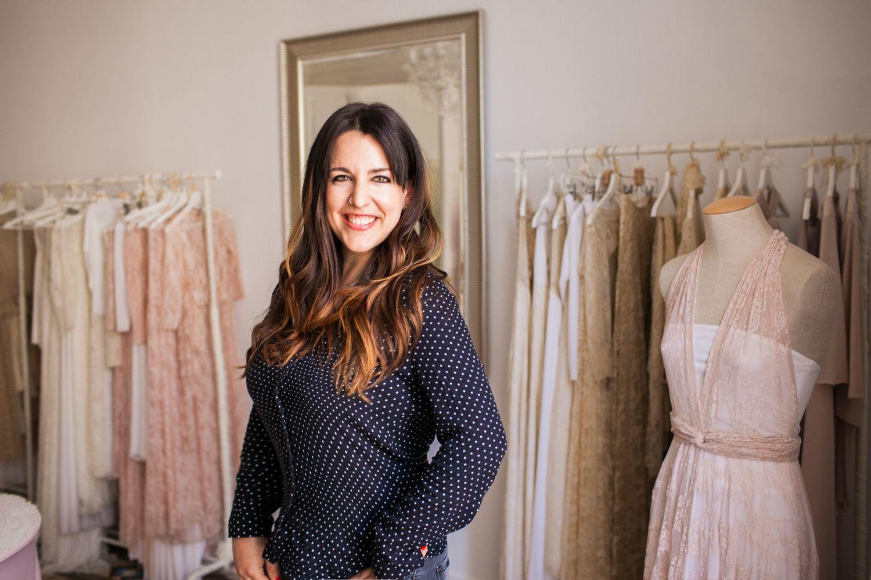 Fotografia Mireia Solsona en el atelier de su marca de vestidos,
