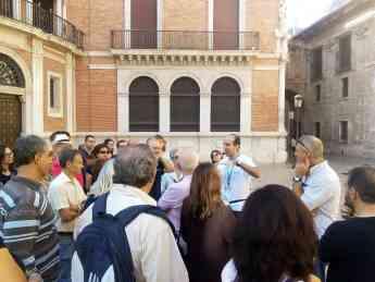 Foto de Guía Oficial con grupo de turistas