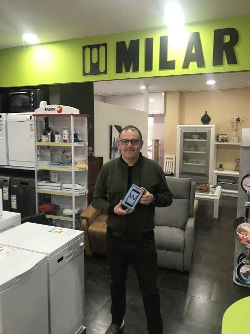 Caslesa entrega un smartphone al ganador de la canasta Milar