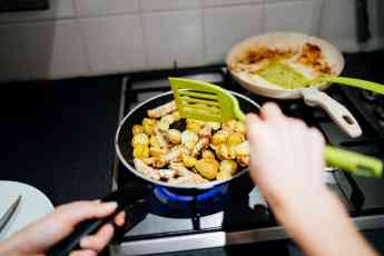 Los peligros de cocinar con sartenes que posean componentes tóxicos