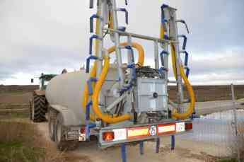 Cisterna de Purin cargando con Aplicador ALP 1200