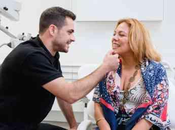 Un dentista explora la salud bucodental de una paciente.