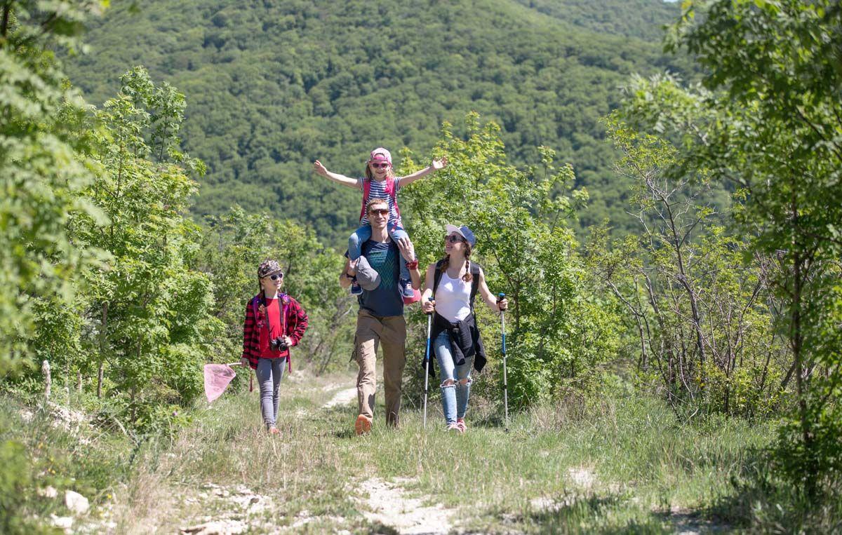 Foto de Una familia disfruta del entorno natural
