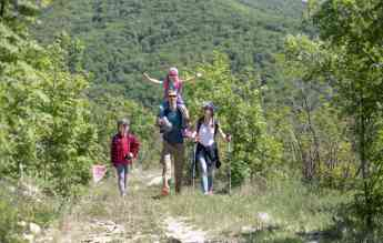 Una familia disfruta del entorno natural