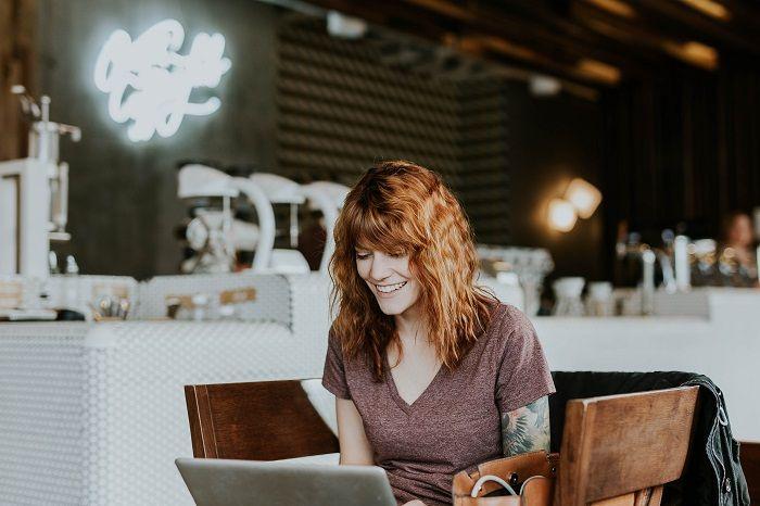 Foto de Mujer comprando por internet