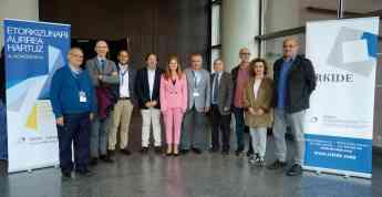 FOTO: La consejera de Trabajo y Justicia del Gobierno Vasco, Mª Jesús San José, y representantes del mundo de la enseñanza y el